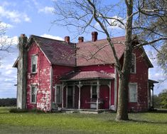 Old Red Farm House. I love this old house. This reminds me of a home my Aunt Avis and Uncle Vic once lived in. (not my story. Old Abandoned Houses, Abandoned Mansions, Abandoned Buildings, Abandoned Places, Old Farm Houses, Farms Living, Old Barns, Old Buildings, Farmhouse Style