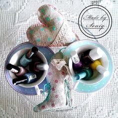 Lniane ręcznie robione przeze mnie ozdóbki w otoczeniu pasteli i białego koronkowego obrusu :))