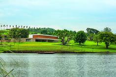 Conheça a contemporânea casa feita pelo arquiteto Luiz Fernando Rocco - Casa My House, Golf Courses, House Design, Cabin, Mansions, House Styles, Outdoor, Home Decor, Decoration