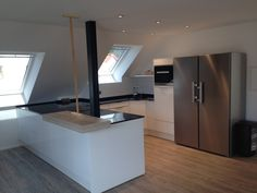 White kitchen with sloping roof - Fertige Küchenprojekte - Anbau Corporate Office Design, Office Interior Design, Office Interiors, Kitchen Interior, Kitchen Decor, Interior Decorating, Rustic Stairs, Modern Stairs, Roof Design