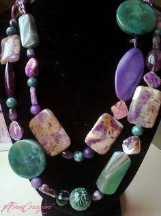 Grandi pietre naturali: agata viola, agata verde, garden sugilite, madreperla viola per comporre questa collana. € 36,00 su misshobby.com