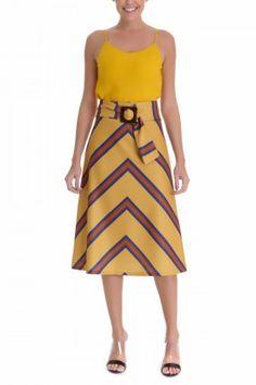 Saia confeccionada em linho, com estampa exclusiva Karmani, modelagem midi, acompanha faixa com fivela para cintura.