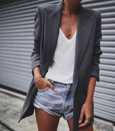Street Style : Le combo short en jean et blazer long Mode Outfits, Casual Outfits, Fashion Outfits, Blazer Outfits, Skirt Outfits, Look Fashion, Street Fashion, Fashion Tag, Classy Fashion