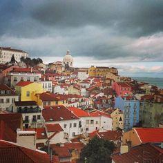 Een citytrip Lissabon: 10 highlights | Via ik wil meer reizen | 1/02/2015 Al dwalend door de smalle straatjes ervaar je direct de gemoedelijke sfeer van deze heerlijke Europese stad: Lissabon. Een stad die opgedeeld is in verschillende wijken met elk hun eigen charme. Een paar dagen in deze stad is volop genieten. Van de heerlijke wijnen, kaas en espresso tot waanzinnige street art, schattige balkonnetjes met wasgoed en natuurlijk het Zuid-Europese klimaat. Dus wil je even ontkomen aan de… Portugal, Tours, City, Painting, Lisbon, Destinations, Glamour, Painting Art, Cities