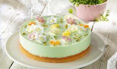 Frühlingsgrüne Käse-Sahne-Torte mit Waldmeister-Götterspeise und mit süßen Esspapier-Blüten dekoriert