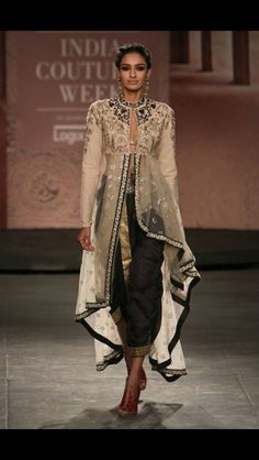 Anju Modi / India Couture Week via Vogue India Lakme Fashion Week, India Fashion, Ethnic Fashion, Asian Fashion, Indian Attire, Indian Wear, Pakistani Outfits, Indian Outfits, Kaftan