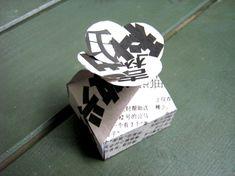 flower flap box: the blogger designs her own paper by glueing newspaper onto cardboard / Kleine Schachtel mit Blumenverschluss: Die Bloggerin designt ihr eigenes Papier, indem sie Zeitungsseiten auf Karton aufklebt. Amazing idea! Tolle Idee!