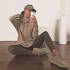 Decided to try a new color palette today . Sweatshirt Leggings Shoes chill casual olive athliesure This is an exclusive limited edition engraving only sold Legging Outfits, Athleisure Outfits, Sporty Outfits, Fall Outfits, Summer Outfits, Cute Outfits, Yeezy Outfit, Fitness Noir, Black Fitness