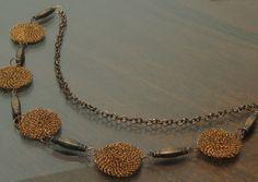 Collar con accesorios tejido en hilo de cobre color natural
