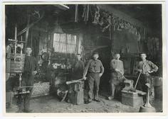Westerstraat 237 smederij Leffert Schild omstreeks 1895 Blacksmith Shop, Good Old Times, Iconic Photos, Stone Island, My Heart Is Breaking, Blacksmithing, Will Smith, Amsterdam, Workshop