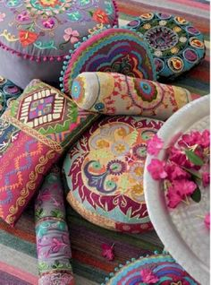The Boho Chic is a fresh style and full of vitality. its roots bohemian decoration, although it is a fusion of styles. One of the keys of the Boho Chic is to give prominence to a specific piece. Bohemian Interior, Bohemian Decor, Bohemian Style, Boho Chic, Shabby Chic, Bohemian Pillows, Bohemian Patio, Moroccan Cushions, Boho Cushions