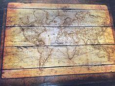 Une carte planisphère mappemonde collée sur des planches en bois de palette DIY
