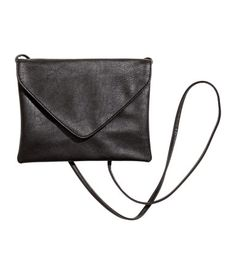 Small, envelope-shaped shoulder bag in soft imitation leather. Flap with magnetic closure. Lined. Size 7 x 8 3/4 in.