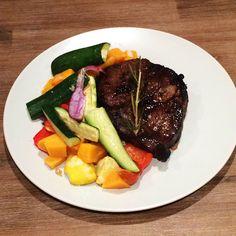 Succulent honey glazed rib-eye steak with roasted vegetables. Banting Diet, Banting Recipes, Gluten Free Recipes, Diet Recipes, Honey Glaze, Roasted Vegetables, Free Food, Healthy Lifestyle, Steak