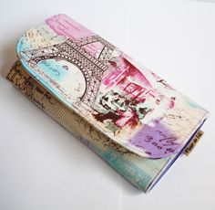 Prostě jsem šla jednoho dne na poštu a ve vestibulu budovy stál stánek s krásnými peněženkami. Když na mě vykoukla Eifela, musela být moje! Původní přání znělo: Opravdu originální peněženka! Krásné mají v GATE nebo na Fleru. Foto ilustrační: Peněženka -What´s in your wallet?8karet-DCLXXXXVII