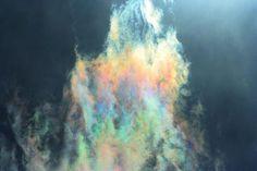 Más nubes iridiscentes, con un aspecto hasta metálico