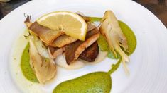Pečený pstruh so špenátovou omáčkou a zemiakovo-petržlenovým krémom