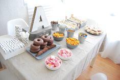 SO SUNNY: Mesa de cumple fácil para Adolescentes Teen Party Food, Ideas Decoracion Cumpleaños, 18th Birthday Party, Birthday Ideas, Donut Party, Some Ideas, Birthday Quotes, Party Cakes, Birthdays