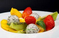 Avec les premières fraises françaises, déjà très bonnes, associées aux fruits exotiques, notamment le kiwi et le fruit du dragon qui ont en commun leur joli piqueté. Fruit Salad, Barbecue, Muffins, Strawberry, Dragon, Desserts, Salad, Strawberries, Pineapple