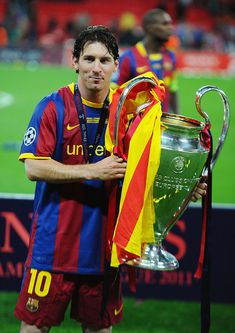 LONDON, ENGLAND - MAY Lionel Messi of FC Barcelona poses with the trophy after victory in the UEFA Champions League final between FC Barcelona and Manchester United FC at Wembley Stadium on May 2011 in London, England. (Photo by Clive Mason/Getty Images) Fc Barcelona, Lionel Messi Barcelona, Barcelona Football, Cr7 Vs Messi, Messi Soccer, Soccer Sports, Soccer Tips, Nike Soccer, Soccer Cleats