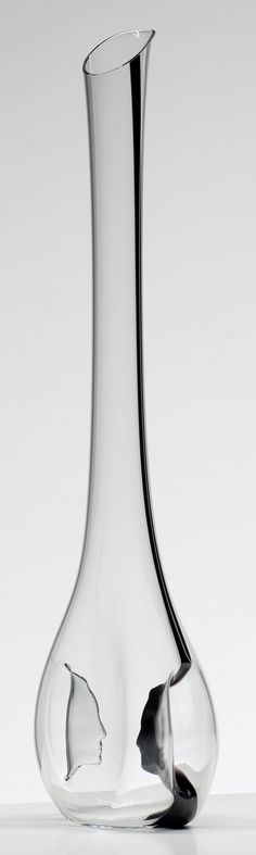 The Black Tie Face to Face decanter features two concave profiles facing one another in the interior of the vessel. This innovative element doubles as both a bold design and as paddles. By shaking the wine until a foam cap develops, it achieves the maximum effect of oxygen on young tannins. The result is more satisfying, intense fruitiness on the mid-palate and a more rounded texture.