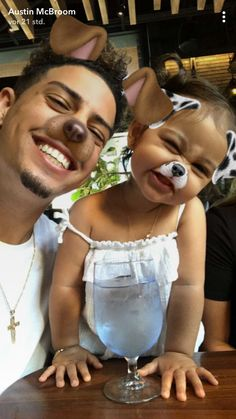 Awww look at Bebe Elle and Austin Cute Family, Baby Family, Family Goals, Beautiful Family, Beautiful Babies, Dad Baby, Baby Kids, Ace Family Wallpaper, Cute Kids