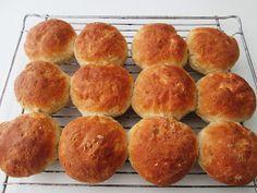 En verden af smag!: Havregrynsboller Danish Food, Bread Bun, Food Cakes, Creative Food, Fest, Cake Recipes, Clean Eating, Brunch, Food And Drink