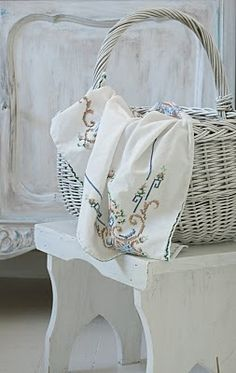 spray baskets white or pale pink