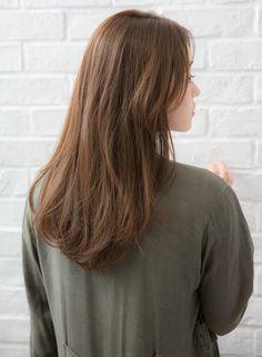 長めのシースルーバング。揺れる質感のニュアンスストレートがポイント。髪質に合わせたカットで、自分の本来のくせ、毛流れをいかしている為、柔らかい揺れ質感で優しい印象に。