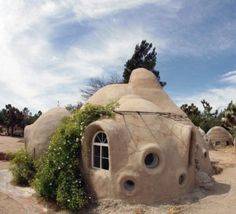 This is one of the houses in Hesperia, CA, USA, the ultimate expression of Nader Khalili's [http://calearth.org/galleries/index.html] earthbag architecture. It's a community that demonstrates the earthbag methods he popularised. The houses there are domes of various sizes and shapes.