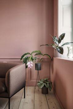 deco rose poudre mur bois parquet canape fauteuil plantes vertes fauteuil taupe #rose #poudre #pink #blush #tendance #mode #fashion #cool #vintage #boho #boheme #wall #candles #canape #salon #livingroom #maisonobjet #maison #décoration #déco #design #interiordesign #decor #deco
