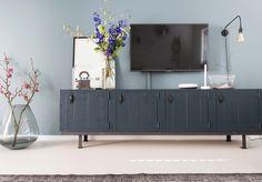 Blauw tv dressoir bij Muge en Marvin uit aflevering 9, seizoen 6   Make-over door: Marianne Luning   Fotografie Barbara Kieboom