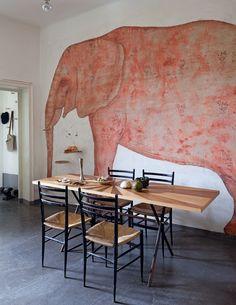 Tavolo e elefante rosso