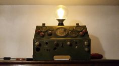 een lamp gemaakt van een militair dashboard