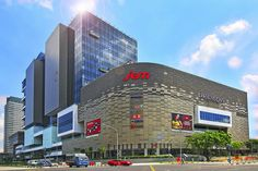 JEM Shopping Mall, Singapore's 3rd largest Heartland entertainment hub, a newly added Lifestyle shopping mall situated minute across Jurong East MRT. Strategic layout convenient for all shoppers n beautiful fusion architectural outlook with many fami shopping travelling