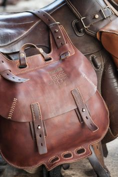 European Cavalry Saddlebags - Another! Small Leather Bag, Leather Art, Leather Briefcase, Leather Backpack, Custom Leather Belts, Leather Bags Handmade, Leather Projects, Leather Accessories, Beautiful Bags