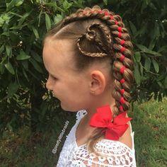 Esta madre trenza peinados increíbles todos los días antes de la escuela