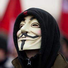 """Как называется эта маска? Маска Гая Фокса! Маска изображает Гая Фокса, самого известного участника заговора 1605 года, целью которого было взорвать здание парламента в Лондоне. Маска была создана иллюстратором Дэвидом Ллойдом, и стала символом народного протеста после того, как она была использован в книге и фильме """"V"""" как Вендетта""""."""