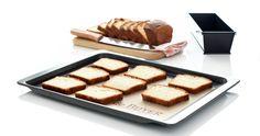 Coloca el pan en la bandeja del horno y calienta el horno