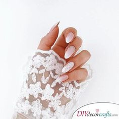 False nails have the advantage of offering a manicure worthy of the most advanced backstage and to hold longer than a simple nail polish. The problem is how to remove them without damaging your nails. Simple Wedding Nails, Wedding Manicure, Wedding Nails For Bride, Bride Nails, Wedding Nails Design, Trendy Wedding, Summer Wedding, Wedding Beauty, Elegant Wedding