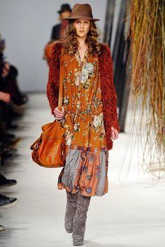 Vêtements fluides, motifs fleuris, fourrure et chapeau