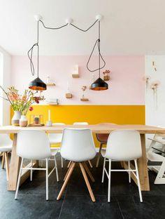 salle à manger lumineuse au mur bicolore en ocre jaune et rose pastel