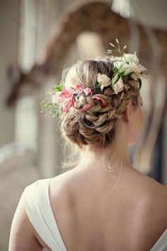 Chignon de mariée tressé très original et romantique, accessoirisé avec des fleurs fraîches