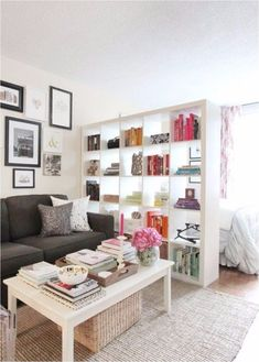 Bookcases are key to create the perfect tiny bedroom | www.masterbedroomideas.eu #tinybedroom #studiobedroom #smallbedroomdecor #smallbedroom #bedroomideas