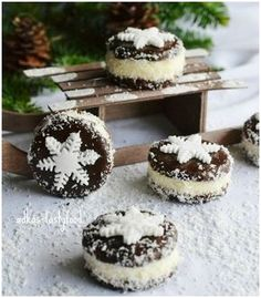 Viem, ze uz je davno po sviatkoch, ale zial, bola som tak zaneprazdnena, ze som nestihla pridat ani jeden recept. Na prvom m... Cookie Desserts, Sweet Desserts, Sweet Recipes, Cookie Recipes, Christmas Sweets, Christmas Cooking, Czech Recipes, Desert Recipes, Chocolate Recipes