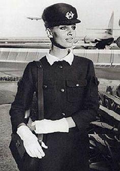 1969: Air France  Históricamente las azafatas de Air France habían llevado uniformes diseñados por los modistos Georgette Renal desde 1951 h...