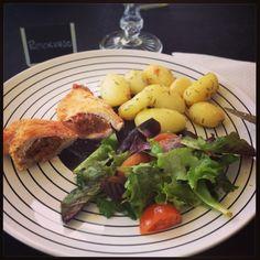 peitos de frango recheados com farinehria * chicken stuffed with portuguese sausage