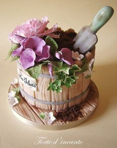 Do you have a green fingered friend,who you need to make a cake for?Learn how to make adorable gardening cakes, and obtain your cake design inspiration! Pretty Cakes, Beautiful Cakes, Amazing Cakes, Bolo Floral, Floral Cake, Fondant Cakes, Cupcake Cakes, Fondant Cake Designs, Fondant Bow