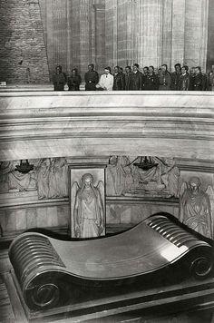 1940, France, Paris, Adolf Hitler visite la tombe de Napoléon Bonaparte sous le Dôme des Invalides