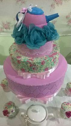 Meu primeiro bolo fake, fiz para o chá de cozinha de uma amiga, deu um trabalhinho, mas amei o resultado final!